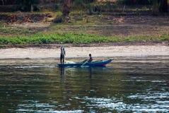 Ποταμός του Νείλου, κοντά σε Aswan, στις 16 Φεβρουαρίου 2017: Μικρό μπλε αλιευτικό σκάφος χαρακτηριστικό του ποταμού με δύο ψαράδ στοκ φωτογραφίες