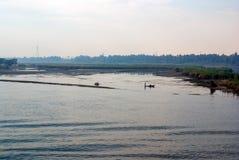 Ποταμός του Νείλου με το σύνολο τραπεζών των δέντρων και της βλάστησης και των αιγυπτιακών ψαράδων στις χαρακτηριστικές βάρκες κω Στοκ εικόνες με δικαίωμα ελεύθερης χρήσης