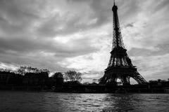 Ποταμός του Σηκουάνα και πύργος του Άιφελ στη γραπτή φωτογραφία του Παρισιού στοκ εικόνες