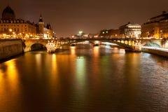 Πανόραμα νύχτας του ποταμού του Σηκουάνα στο Παρίσι Στοκ εικόνα με δικαίωμα ελεύθερης χρήσης