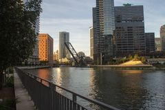 Ποταμός του Σικάγου με τα στο κέντρο της πόλης κτήρια στοκ φωτογραφία με δικαίωμα ελεύθερης χρήσης
