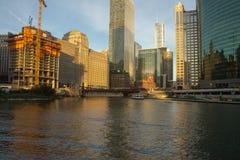 Ποταμός του Σικάγου με τα στο κέντρο της πόλης κτήρια στοκ εικόνες