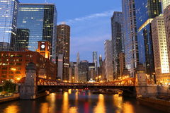 Ποταμός του Σικάγου στο σούρουπο Στοκ εικόνα με δικαίωμα ελεύθερης χρήσης