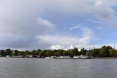 Ποταμός του Τάμεση και μερικά σπίτια Στοκ Εικόνες