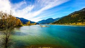 Ποταμός του Harrison στους μύλους του Harrison καθώς διατρέχει της κοιλάδας Fraser Στοκ Εικόνες