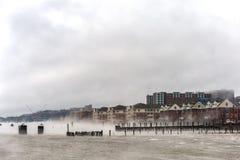 Ποταμός του Hudson το χειμώνα με τη εικονική παράσταση πόλης της Misty Edgewater στο υπόβαθρο στοκ φωτογραφία