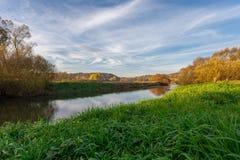 Ποταμός το φθινόπωρο στην ανατολή Στοκ φωτογραφία με δικαίωμα ελεύθερης χρήσης