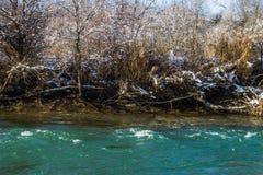 Ποταμός το χειμώνα Ορμητικά σημεία ποταμού του θυελλώδους ποταμού 33c ural χειμώνας θερμοκρασίας της Ρωσίας τοπίων Ιανουαρίου Στοκ φωτογραφία με δικαίωμα ελεύθερης χρήσης