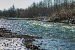 Ποταμός το χειμώνα Ορμητικά σημεία ποταμού του θυελλώδους ποταμού 33c ural χειμώνας θερμοκρασίας της Ρωσίας τοπίων Ιανουαρίου Στοκ Φωτογραφίες