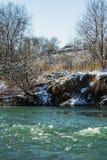 Ποταμός το χειμώνα Ορμητικά σημεία ποταμού του θυελλώδους ποταμού 33c ural χειμώνας θερμοκρασίας της Ρωσίας τοπίων Ιανουαρίου Στοκ Εικόνα