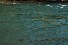 Ποταμός το χειμώνα Ορμητικά σημεία ποταμού του θυελλώδους ποταμού 33c ural χειμώνας θερμοκρασίας της Ρωσίας τοπίων Ιανουαρίου Στοκ Φωτογραφία