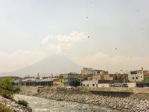 Ποταμός τσίλι και ηφαίστειο Misti σε Arequipa Στοκ εικόνες με δικαίωμα ελεύθερης χρήσης
