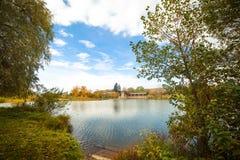Ποταμός φθινοπώρου, ζωηρόχρωμα δέντρα κοντά στο νερό στο χωριό Στοκ φωτογραφίες με δικαίωμα ελεύθερης χρήσης