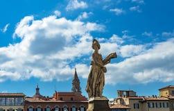 Ποταμός Φλωρεντία Ιταλία Santa Trinita Arno γεφυρών Ponte θερινών αγαλμάτων στοκ εικόνες