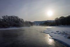 Ποταμός χειμερινών τοπίων στο χιόνι Στοκ Φωτογραφίες