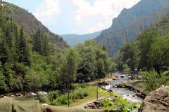 """Ποταμός """"Treska """"που βρίσκεται κοντά στο φαράγγι Matka, βόρεια Μακεδονία στοκ εικόνα"""