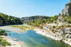 Ποταμός Ardeche κοντά στο παλαιό χωριό Balazuc στην περιοχή Ardeche Στοκ εικόνα με δικαίωμα ελεύθερης χρήσης