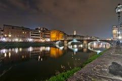 Ποταμός Arno και άποψη νύχτας Ponte Vecchio στη Φλωρεντία Στοκ Εικόνες