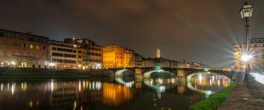 Ποταμός Arno και άποψη νύχτας Ponte Vecchio στη Φλωρεντία Στοκ Φωτογραφίες