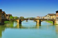 Ποταμός Arno και γέφυρα Ponte Santa Trinita στη Φλωρεντία, Ιταλία Στοκ Φωτογραφία