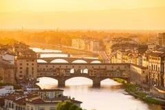 Ποταμός Arno και διάσημη γέφυρα Ponte Vecchio Στοκ Εικόνες