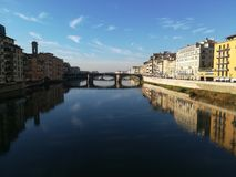 Ποταμός Arno και παλαιά γέφυρα στη Φλωρεντία Ιταλία Στοκ Εικόνα