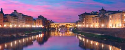 Ποταμός Arno και Ponte Vecchio στη Φλωρεντία, Ιταλία Στοκ Φωτογραφίες