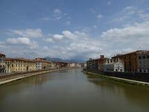 Ποταμός Arno, Πίζα από Ponte Sollferino στοκ εικόνες