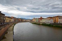 Ποταμός Arno στην ιταλική πόλη της Πίζας Στοκ εικόνα με δικαίωμα ελεύθερης χρήσης