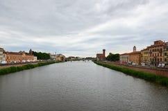 Ποταμός Arno στην ιταλική πόλη της Πίζας Στοκ Εικόνα