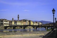 Ποταμός Arno στη Φλωρεντία με τη γέφυρα Στοκ Εικόνες