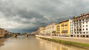 Ποταμός Arno στη Φλωρεντία μια νεφελώδη ημέρα το φθινόπωρο Στοκ Εικόνες