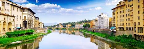 Ποταμός Arno στη Φλωρεντία, Τοσκάνη, Ιταλία. Πανόραμα Στοκ Εικόνες