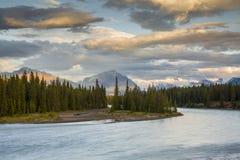 Ποταμός Athabasca στο ηλιοβασίλεμα με τα δύσκολα βουνά στο υπόβαθρο Στοκ Εικόνες