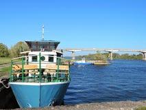 Ποταμός Atmata, σκάφη και γέφυρα, Λιθουανία Στοκ φωτογραφία με δικαίωμα ελεύθερης χρήσης