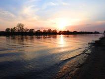 Ποταμός Atmata στα χρώματα ηλιοβασιλέματος, Λιθουανία στοκ εικόνα με δικαίωμα ελεύθερης χρήσης