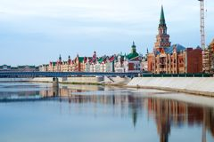 Ποταμός brige και αντανακλάσεις πόλεων τούβλου Στοκ Εικόνες