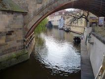 Ποταμός Certovka κάτω από τη γέφυρα Charles στην Πράγα Στοκ εικόνα με δικαίωμα ελεύθερης χρήσης