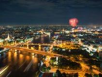 Ποταμός Chao Phraya σκηνής νύχτας με τα πυροτεχνήματα, Μπανγκόκ, Ταϊλάνδη Στοκ Φωτογραφία