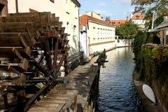 Ποταμός Chertovka στην Πράγα με έναν παλαιό υδραυλικό τροχό στοκ εικόνα