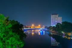 Ποταμός Chiang Mai μεταλλικού θόρυβου άποψης νύχτας Στοκ Εικόνες