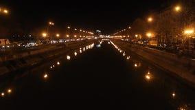 Ποταμός Dambovita τη νύχτα, Βουκουρέστι απόθεμα βίντεο