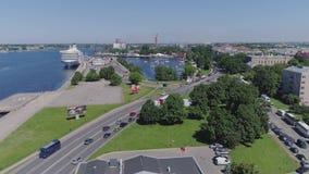 Ποταμός Daugava πόλεων της Ρήγας κυκλοφορίας αυτοκινήτων, βενζινάδικο petrolium, δρόμοι απόθεμα βίντεο