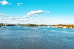 Ποταμός Dnieper, πόλη του Κίεβου, Ουκρανία Άποψη του ορίζοντα πόλεων στοκ φωτογραφίες