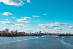 Ποταμός Dnieper, πόλη του Κίεβου, Ουκρανία Άποψη του ορίζοντα πόλεων στοκ εικόνες με δικαίωμα ελεύθερης χρήσης