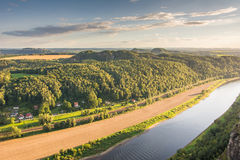 Ποταμός Elbe στα βουνά ψαμμίτη Elbe Στοκ Φωτογραφίες