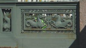 1 Ποταμός Fontanka στη Αγία Πετρούπολη, άλογα θάλασσας, που κρατά μια τρίαινα Ποσειδώνα απόθεμα βίντεο