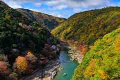 Ποταμός Hozu κατά την άποψη φθινοπώρου από το σημείο άποψης Arashiyama, Κιότο, Jap Στοκ Φωτογραφία