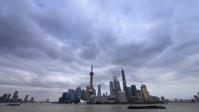 Ποταμός huangpu της Σαγκάη χρονικού σφάλματος & πολυάσχολη ναυτιλία, pudong οικονομικό κέντρο Lujiazui απόθεμα βίντεο