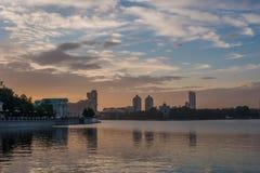 Ποταμός Iset και λίμνη πόλεων στο κέντρο πόλεων Yekaterinburg Στοκ φωτογραφία με δικαίωμα ελεύθερης χρήσης
